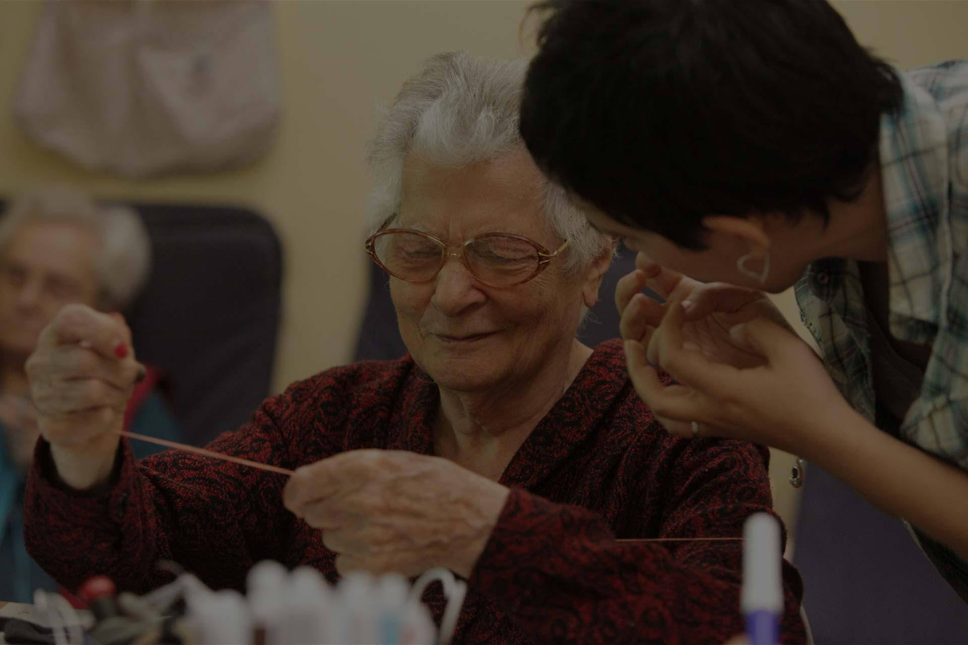 Anziana che cuce