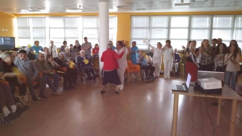 Rsa Villa Chigi, una serata di canti e balli con gli anziani