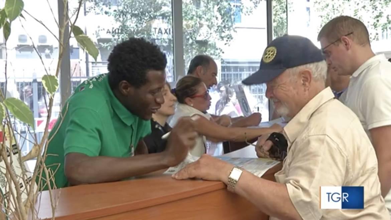 """Messina, i migranti di """"Casa Ahmed"""" accolgono i croceristi al porto"""